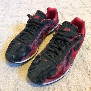 Nike Pink Camo Shoe's Women's size 6
